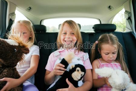 rodzina podrozy w samochodzie