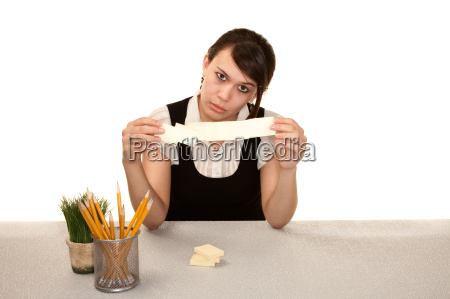 znudzona pracownica biurowa na jej biurku