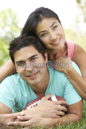 para w parku z futbolu amerykanskiego