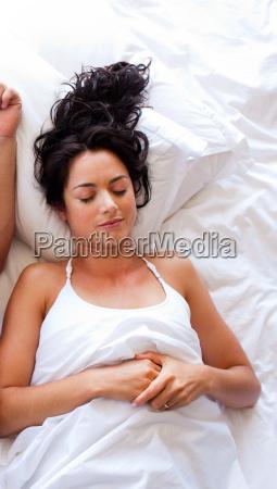 piekna kobieta spi w lozku