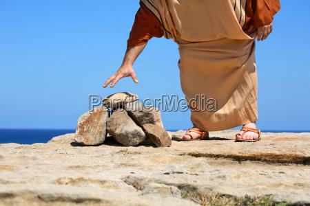 czlowiek przez kamienie concept sin kara