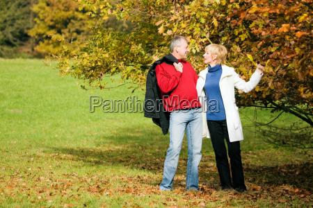 romantyczny spacer seniorzy romans liebhaben milosc