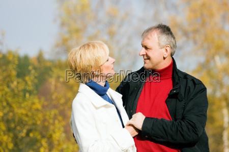 starsze loved up para w parku