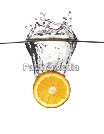 pomaranczowy plusk w wodzie