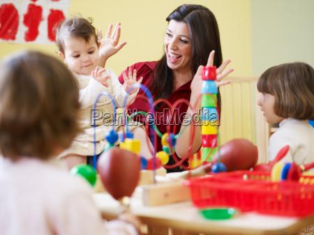 trzy dziewczynki i nauczycielka w