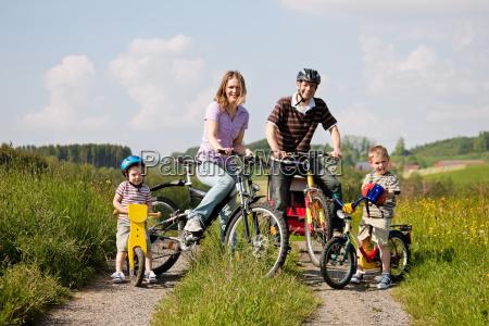 rodzina jezdzi na rowerze w lecie