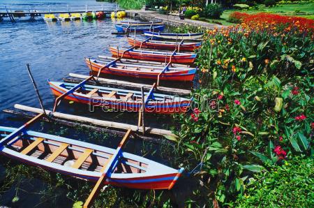 wysokiego kata widok rowboats cumowal przy