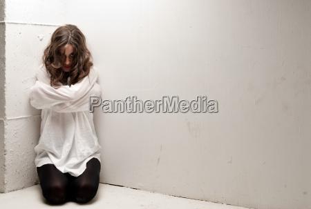 mloda szalona kobieta z bezpieczenstwa patrzac