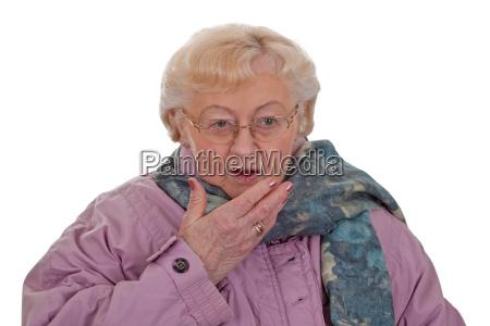katar przeziebienie niezyt seniorow szalik kichanie