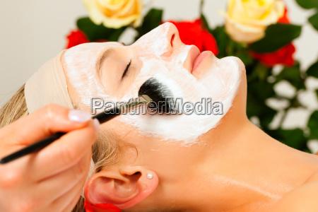 kosmetyki zastosuj maske na twarz