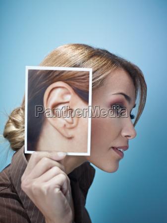 kobieta z duzymi uszami
