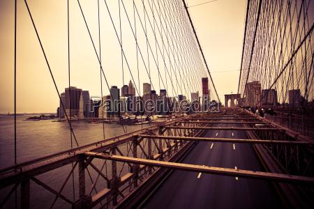 widok z dzielnicy finansowej z mostu