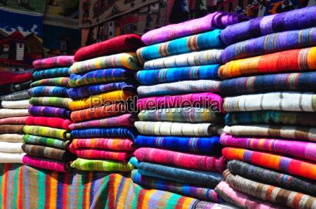 stoisko rynkowe z tradycyjnymi tekstyliow