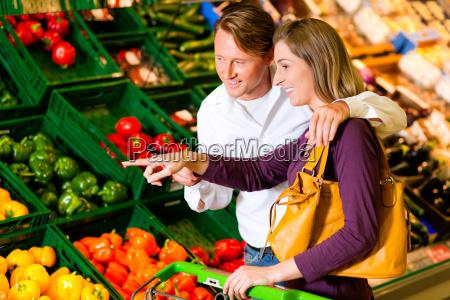 para w supermarkecie kupuje warzywa