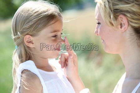 madre e hija poniendo proteccion solar
