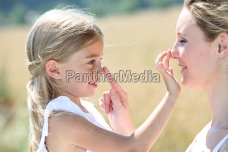 madre e hija que ponen la