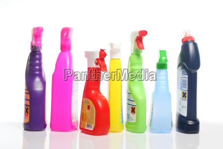 wiele kolorowych produktow czyszczacych w plastikowych