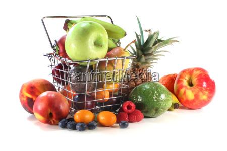 mix owocow w koszyku