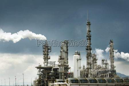 rafineria ropy naftowej z dymem