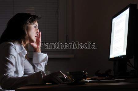 osoba biznesowa pracujac w godzinach nadliczbowych