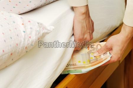 ukrywanie pieniedzy pod materacem