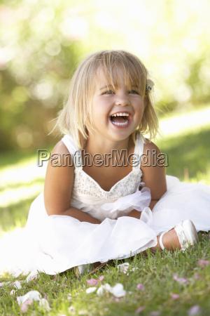 mloda dziewczyna stwarzajacych w parku