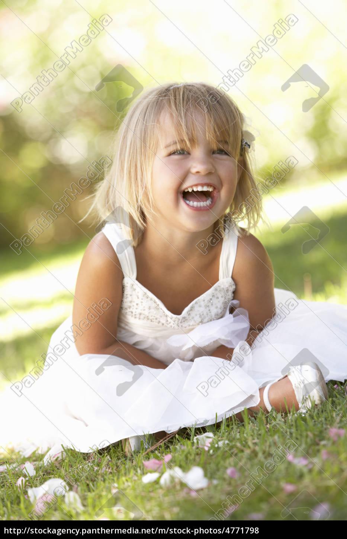 młoda, dziewczyna, stwarzających, w, parku - 4771798