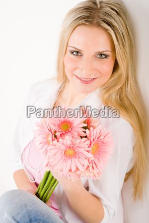 romantyczna kobieta trzymac rozowy gerbera daisy