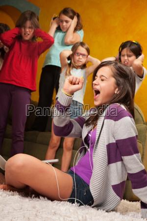 dziewczynka spiewa out loud