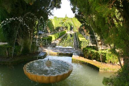 fontanna w ogrodach generalife w granadzie