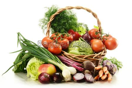 sklad z surowe warzywa i koszyk