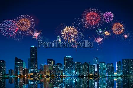 wielkie fajerwerki na panorame centrum miami