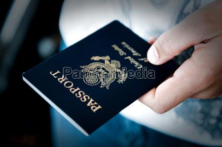 paszport w reku