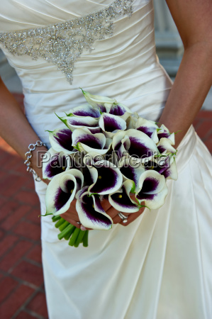 closeup of a bride holding bouquet