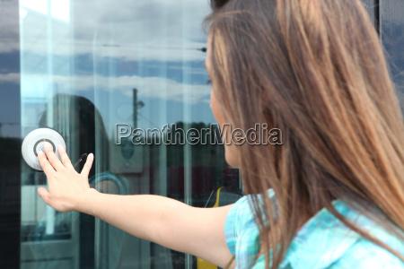 kobiety otwarcia drzwi tramwajem