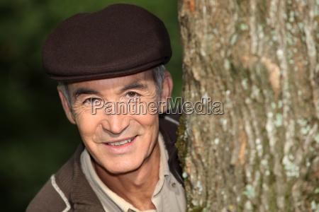 czlowiek w czapce w lesie