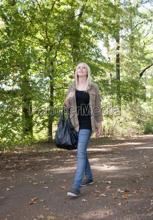 mloda kobieta spaceru w parku