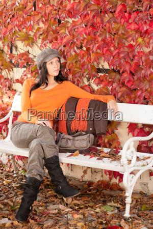 jesienna lawka parkowa mloda kobieta relaksujaca