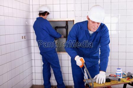 rzemieslnik i praktykant pracujacy