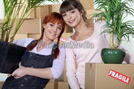 mlodych kobiet przeprowadzka do nowego mieszkania