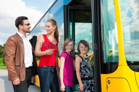pasazerowie wsiadaja do autobusu
