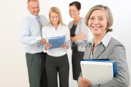 zespol biznesowy starszy kobieta z szczesliwymi