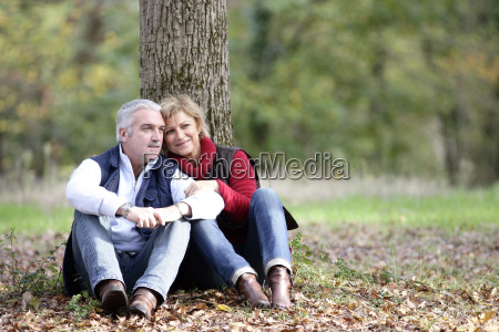 para siedzial po drzewie