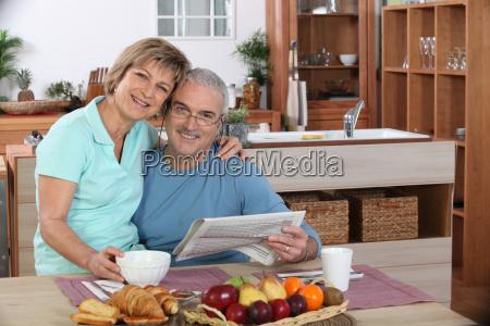 szczesliwy starszy para obejmujac