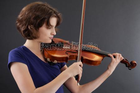 mlodych kobiet gra na skrzypcach