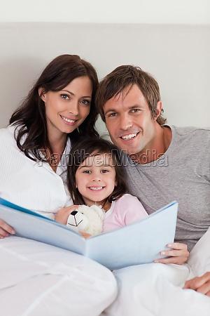 portret rodzice czyta opowiesc ich corka