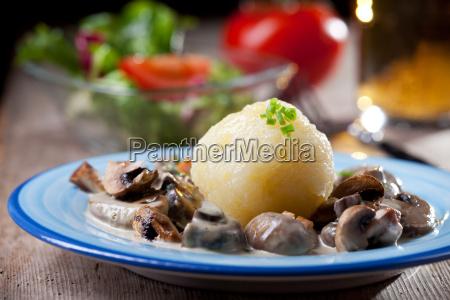 kluski ziemniaczane z sosem grzybowym bawarskie