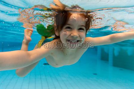 dziewczyna usmiecha sie plywanie pod woda