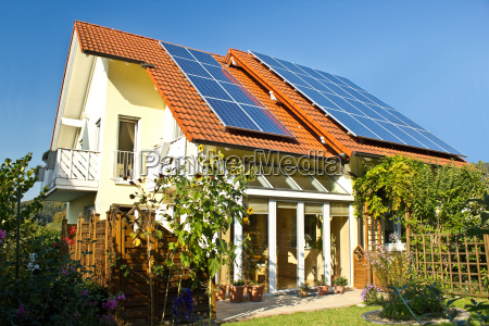 dom z ogrodem i paneli slonecznych