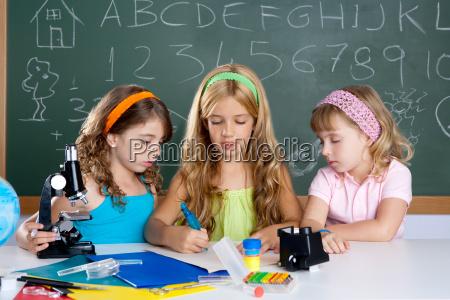grupa dzieci studentow dziewczat w klasie